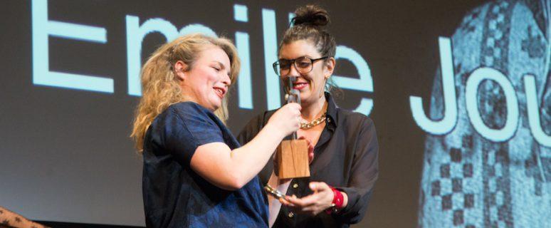 Lucía Egaña, ganadora del Premio al Mejor Documental en Zinegoak 2012 con 'Mi sexualidad es una creación artística', le entregó el premio./ ©MITXI