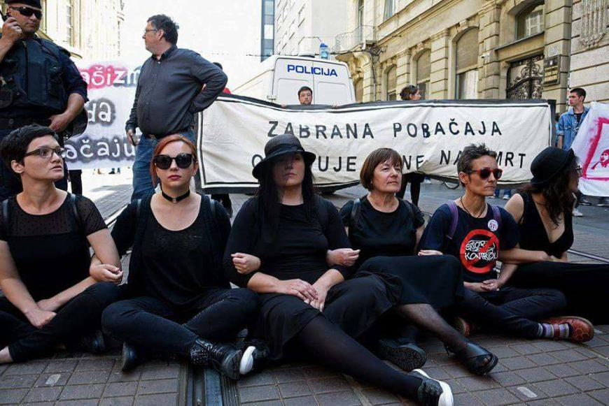 Sentada frente una marcha antiabortista en Zagreb. / Foto: Women´s Network Croatia