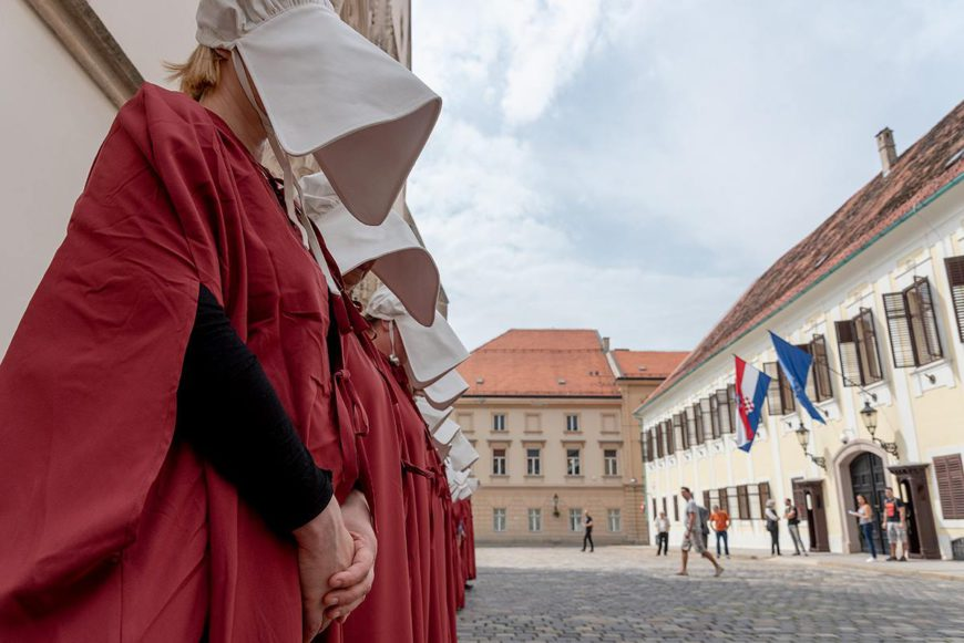 Actitivas feministas croatas se disfrazaron, el pasado 4 de marzo, de las criadas de la serie 'El cuento de la criada'. / Foto: Jadran Boban