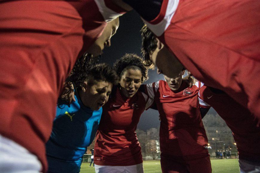 """Minutos antes del inicio de un partido, Les Dégommeuses se reúnen en círculo para darse ánimos entre ellas bajo el grito de """"Go, go, go, les Dégos"""""""