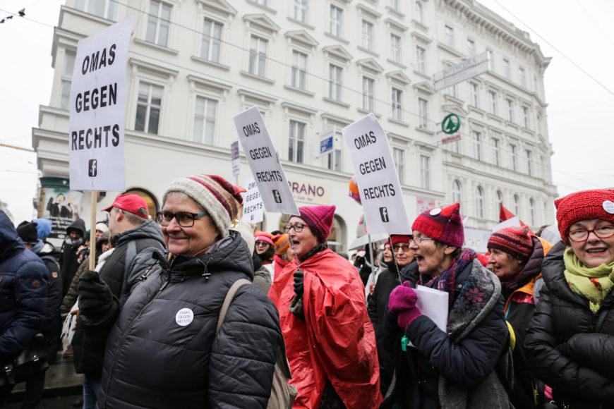 Algunas Omas desfilan en una de las avenidas centrales de Viena durante la manifestación celebrada en marzo contra el racismo y el fascismo. / Foto: Teresa Suárez