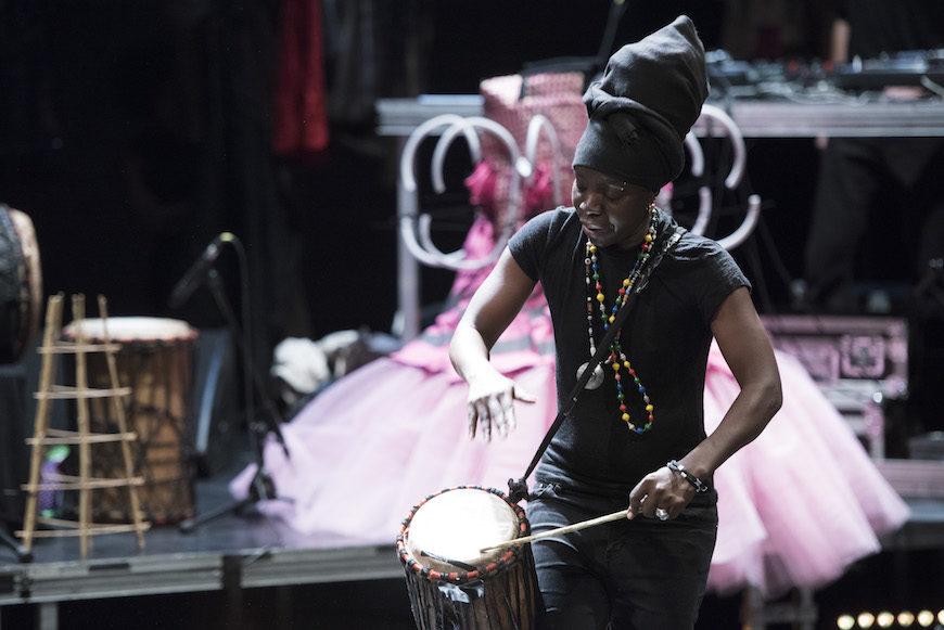 El espectáculo mezcla la música en directo, el spoken word y el rap, la danza contemporánea y el vogue./ ©Martin Rottenkolber