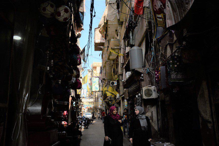 Dos mujeres pasean por las calles de Shatila./ Andrea Olea