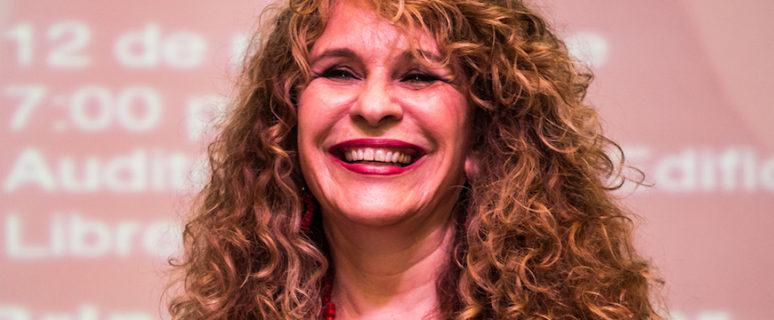 Gioconda Belli durante la presentación de su novela 'El intenso calor de la luna' en Managua en 2014./ Jorge Mejía Peralta