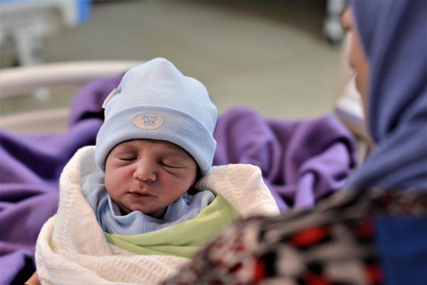 Kafa, de 24 años, sostiene a su recién nacido, al que aún no puso nombre./ A.O.