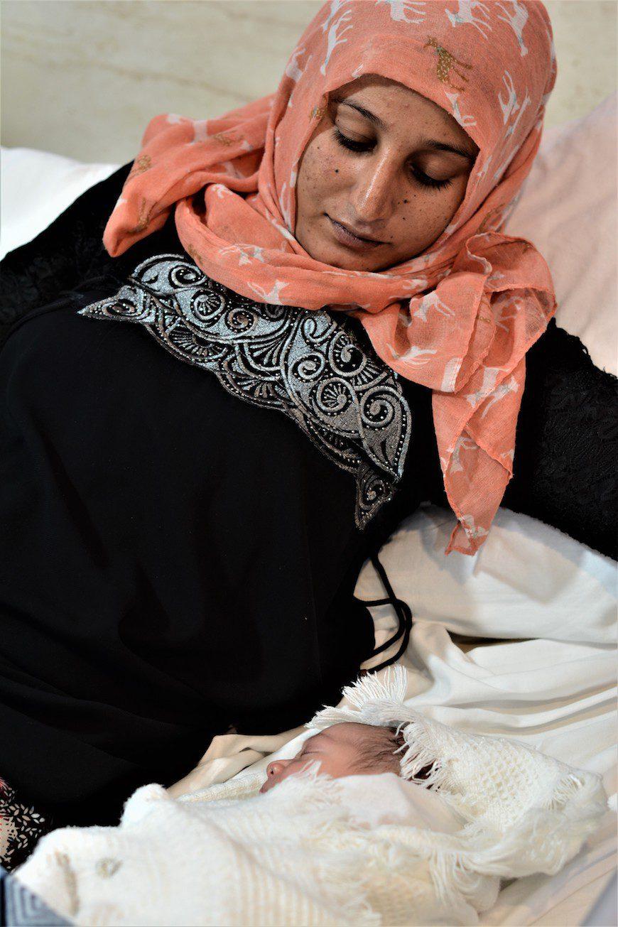 Maha, de 19 años, acaba de dar a luz a su primer hijo./ A.O.