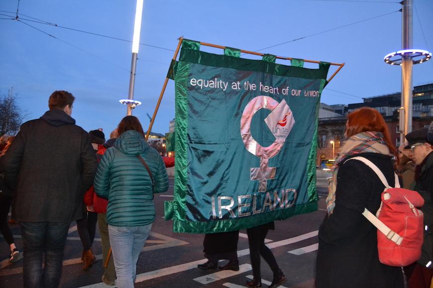 """Bandera en la manifestación del 8 de marzo con la consigna """"Equidad en el corazón de nuestra unión""""./ A.T.B."""