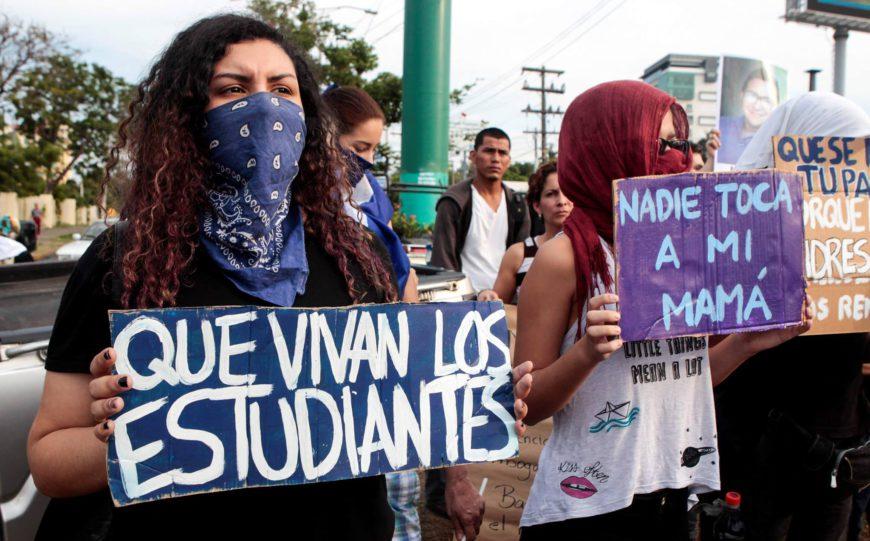 Mujeres en protestas por la represión de las marchas contra el Gobierno./ Foto tomada del Facebook de Nicas Catalunya