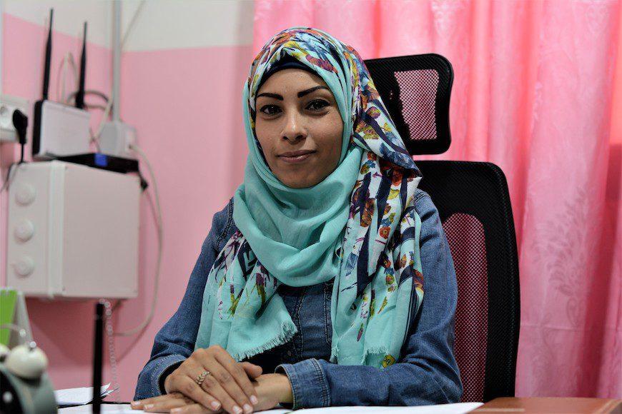 La trabajadora social Jaula Choufany recibe a numerosas sirias víctimas de violencia./ A.O.