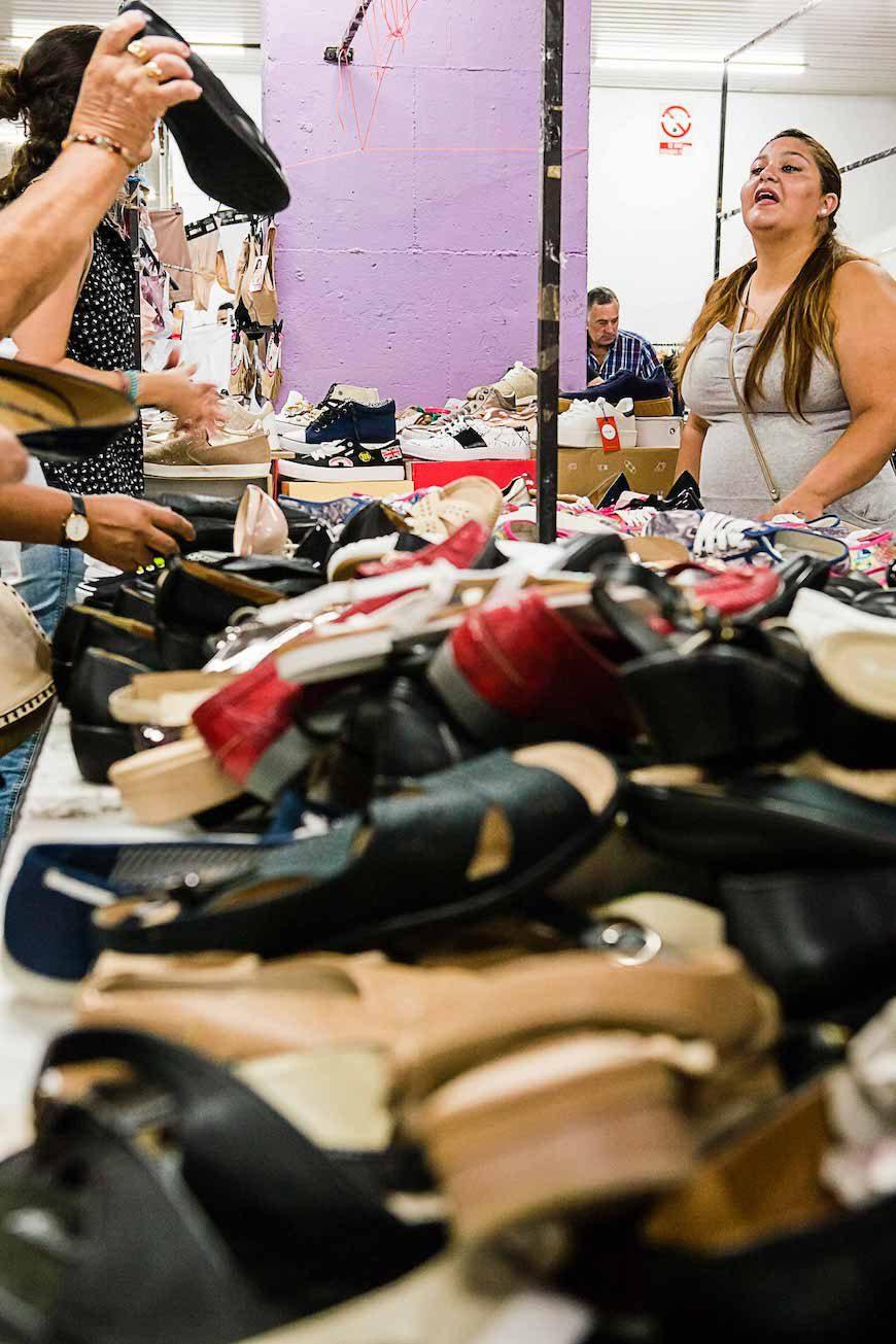 Una vendedora en el mercadillo de Bizkaia./ J. Marcos