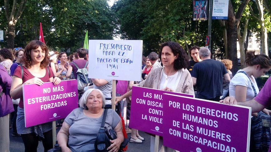 Integrantes de la Fundación CERMI Mujer participan en una manifestación contra la violencia machista./ Foto de archivo de CERMI
