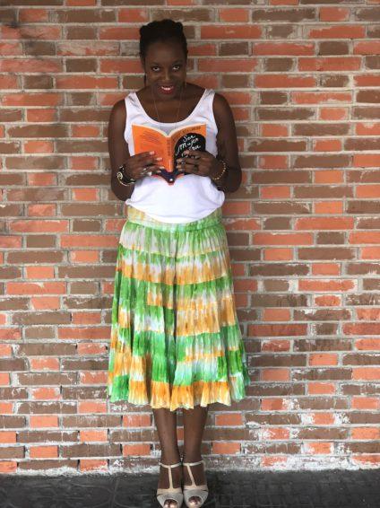 La comunicadora posa leyendo su libro./ L.M.