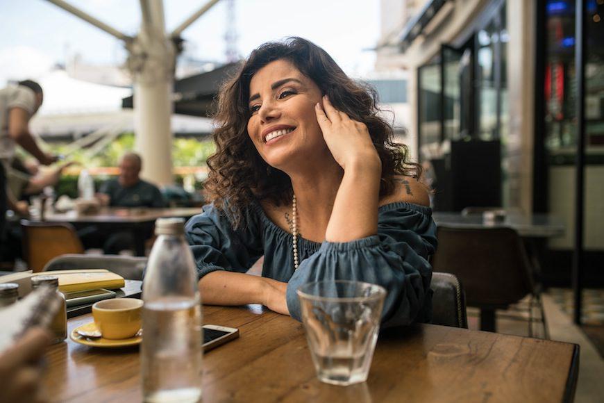 Joumana Haddad atiende a Pikara en una cafetería en Beirut./ Jean-Claude Chincheré