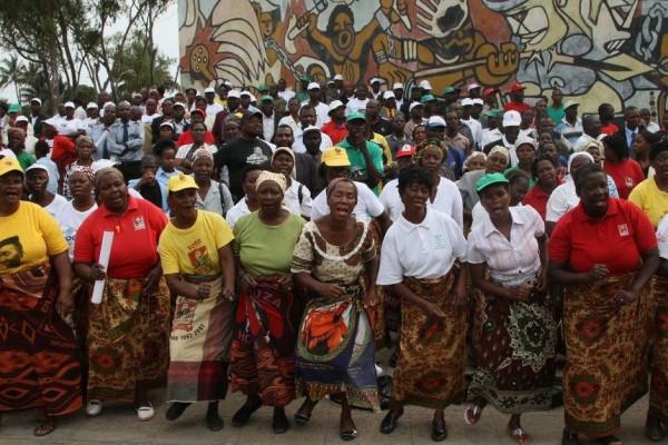 Mujeres mozambiqueñas celebrando el Día de la Mujer Mozambiqueña.
