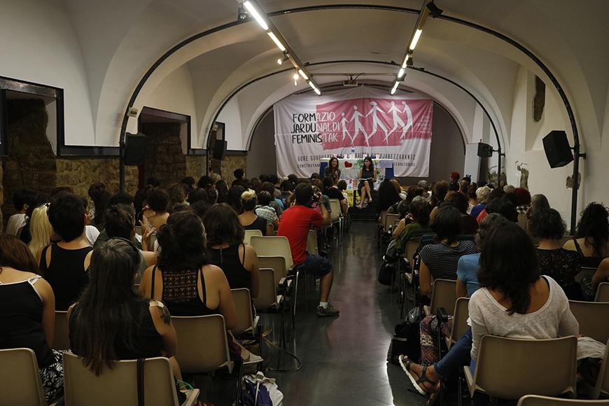 El público durante la presentación de las jornadas de formación feminista en Iruñea. / Foto cedida por la organización.