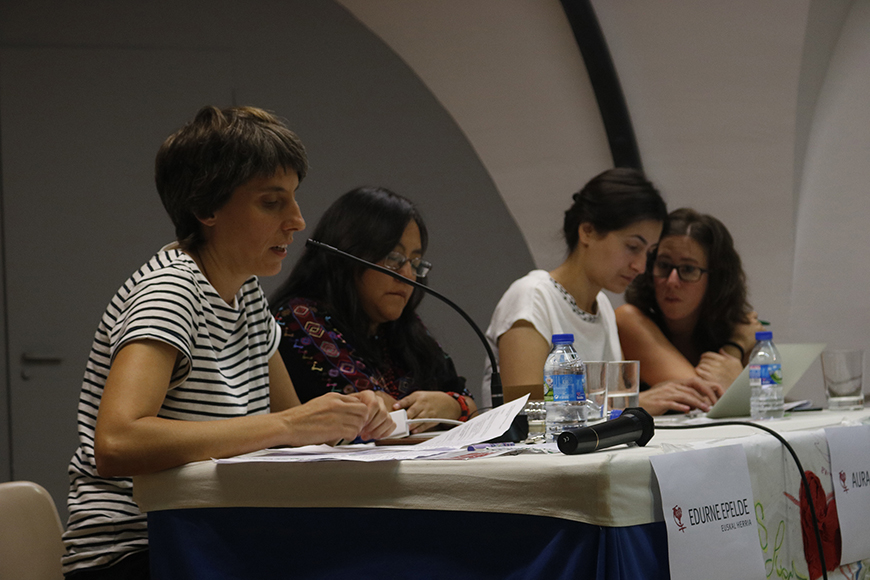 De izquierda a derecha, Edurne Epelde, Aura Cumes y Eda Uzgun, en la mesa redonda de las jornadas de formación feminista en Iruñea. / Foto cedida por la organización.