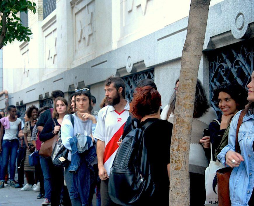 Una nutrida cola de personas espera para asistir a la conferencia de Angela Davis en La Casa Encendida./ Brenda Navarro