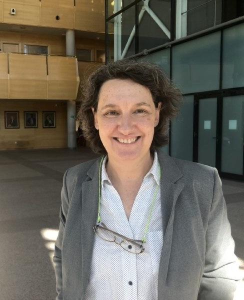 Beatriz Gimeno a la entrada de la Asamblea de Madrid./ Foto cedida por la entrevistada