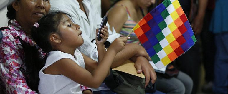 Una mujer y una niña en un acto sobre pueblos originarios en Jujuy