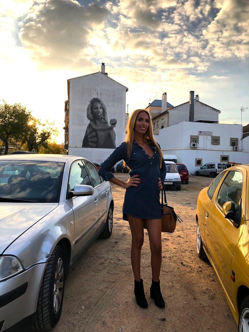 Jenifer Escobedo posa con su mural de fondo en el Distrito Sur de Córdoba./ Foto de su archivo