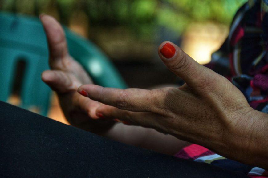 Las manos de Esther Leiva. / Foto: Jess Insfrán Pérez.