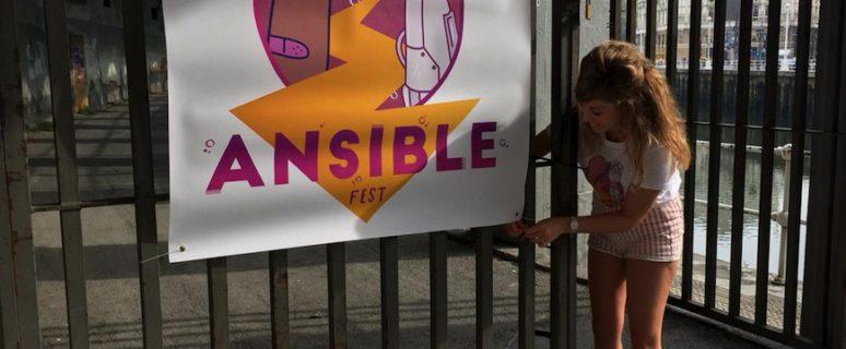 Laura Lazcano, una de las organizadoras del festival, cuelga la pancarta en la entrada de La Morada./ Ansiblefest