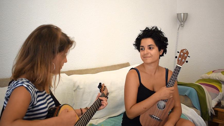 Laura (izq.) y Ale ensayando en su casa en Barcelona./ Joe Pachorra