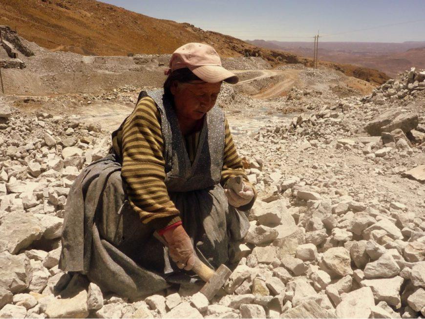 Una mujer trabaja fuera de la mina de Cerro Rico, en Potosí, Bolivia. / Foto: Ander Izagirre.