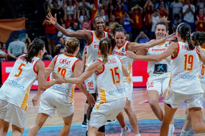 Las jugadoras de la selección española femenina de baloncesto celebran la medalla de bronce del Mundial 2018. / Foto: Web de la Federación Española de Baloncesto.