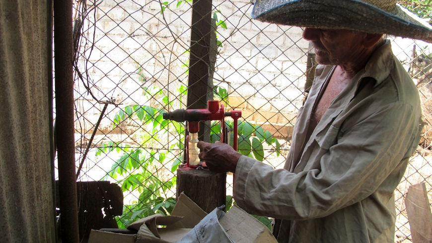 Permacultor en Sancti Spiritus con una máquina para extraer aceite./ Marie Aureille
