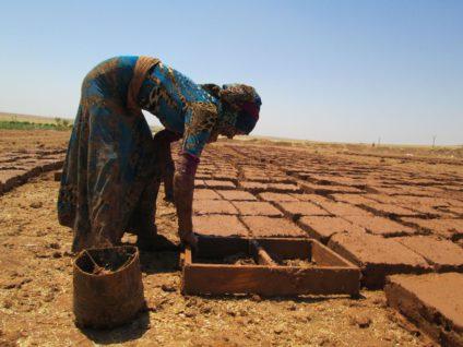 Una mujer haciendo ladrillos de adobe. / Foto: Comité de la Creación de Jinwar.
