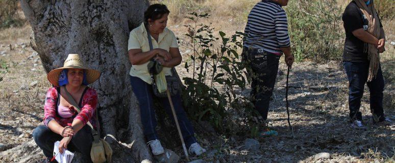 Marcela Turati, (izq.) descansa junto a mujeres que buscan a sus familiares desaparecidos en Iguala, estado de Guerrero, México, 2015. / Foto: Ginnette Riquelme.