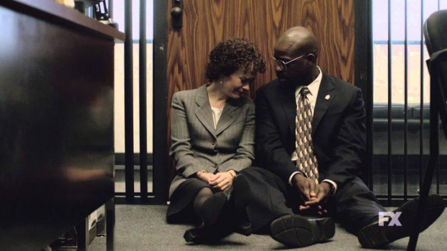 Un fotograma de 'American Crime Story' en el que Marcia Clark se desahoga con su ayudante Christopher Darden