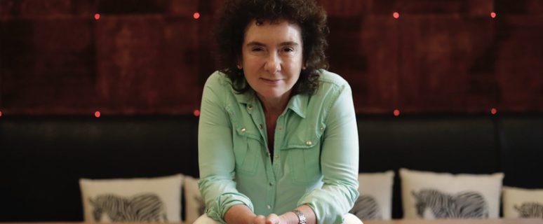 Jeanette Winterson posa en el hotel en el que se aloja en Bilbao./ Archivo del Festival Ja! Bilbao