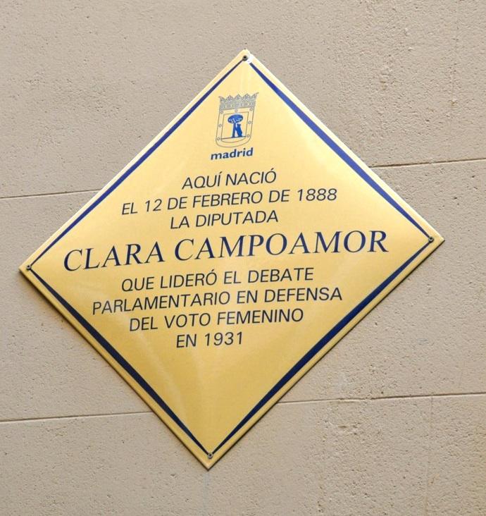 Placa en el edificio de Malasaña en el que nació Clara Campoamor
