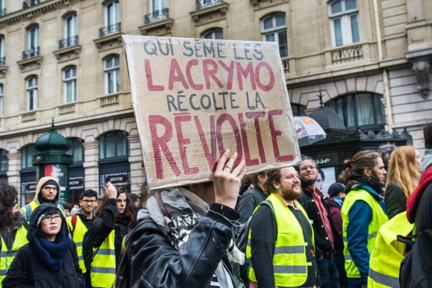 'Quien siembra lacrimógenos, recoge revoluciones', reza el cartel, en un cortejo en apoyo a los chalecos amarillos, el pasado 17 de noviembre en París. / Foto: Teresa Suárez