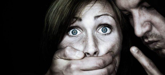 """La primera imagen que muestra Google al buscar """"mujer maltratada"""", en la que un hombre tapa la boca a una mujer"""