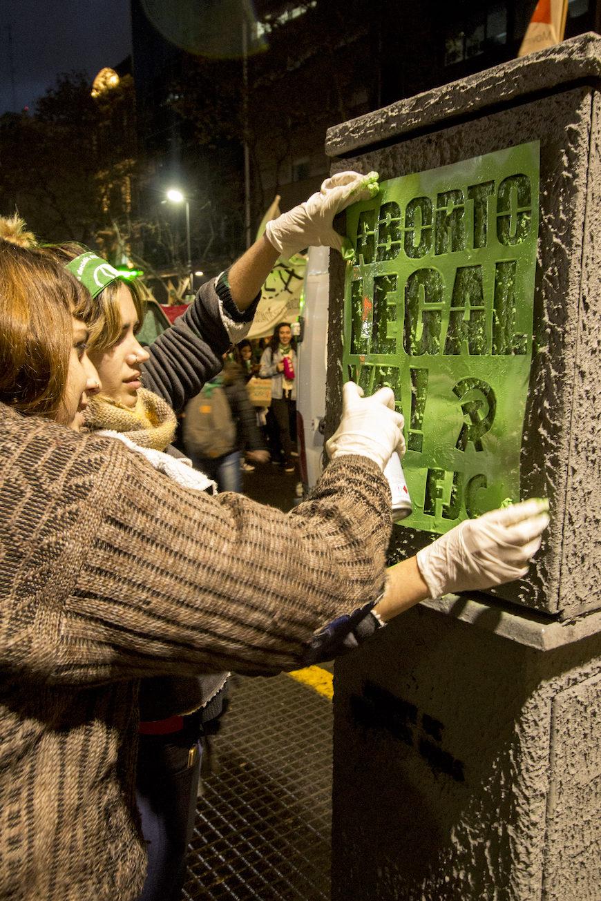 Stencyl-arte urbano de colectivos feministas en las calles de Trelew(Chubut) durante el 33 Encuentro Nacional de Mujeres