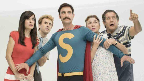 Superlópez, interpretado por Dani Rovira, junto a varios personajes secundarios