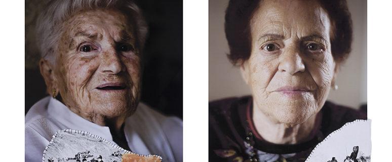 Fotografías de dos mujeres mayores con fotos pequeñas antiguas.