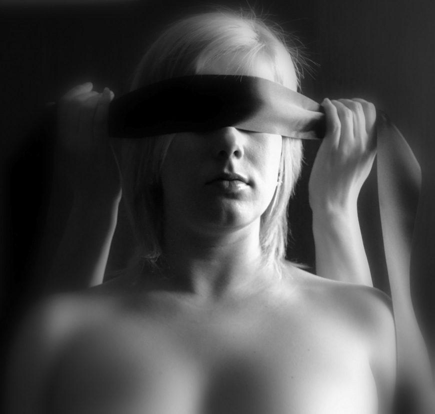 Una mujer vendándose los ojos