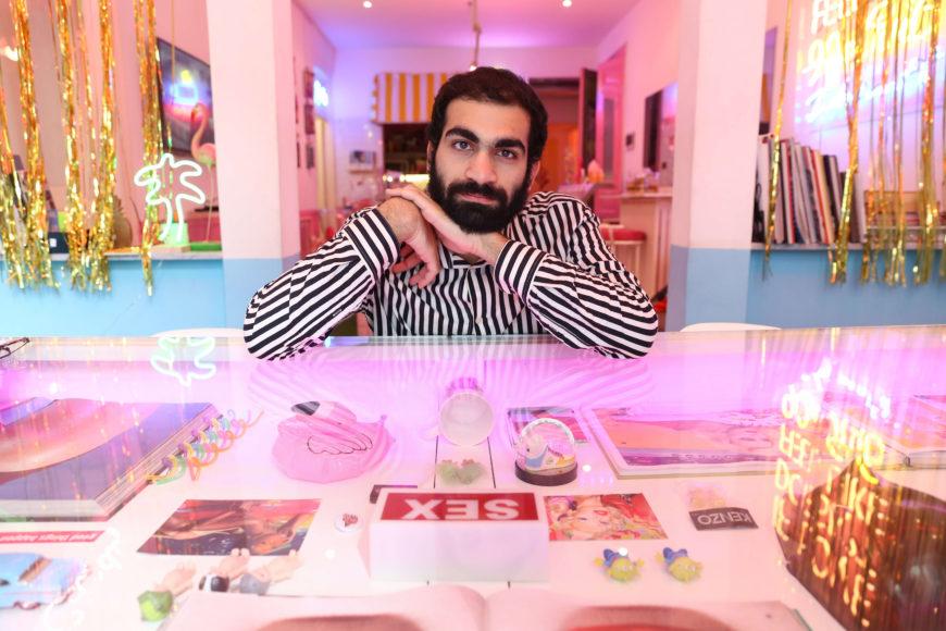 Imad posa en un conocido bar gay-friendly del centro de Beirut.