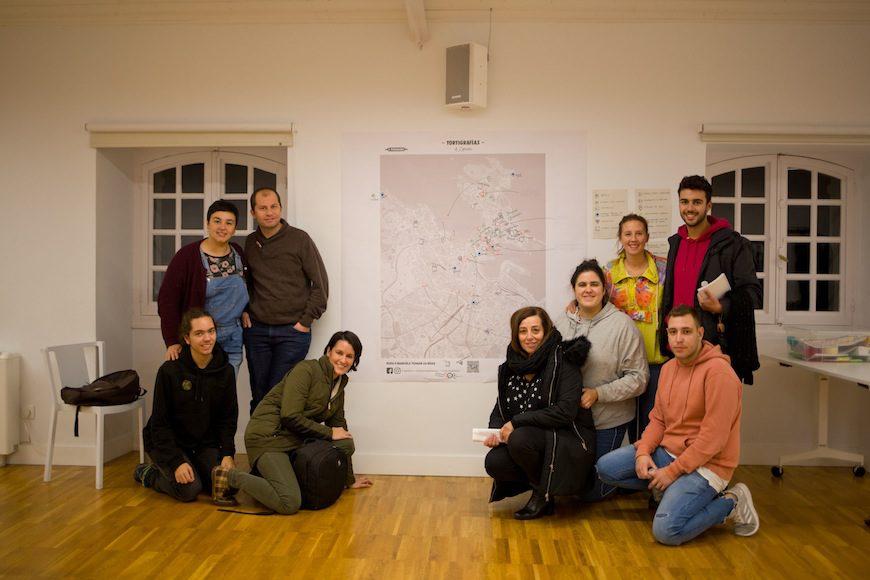 Las integrantes de A Panadaría posan con les participantes en la actividad./ A Panadaría