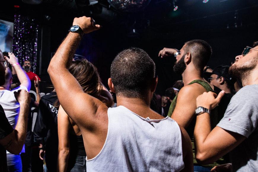 Un público mayoritariamente masculino baila al ritmo de electrónica en el after Moon Republic.