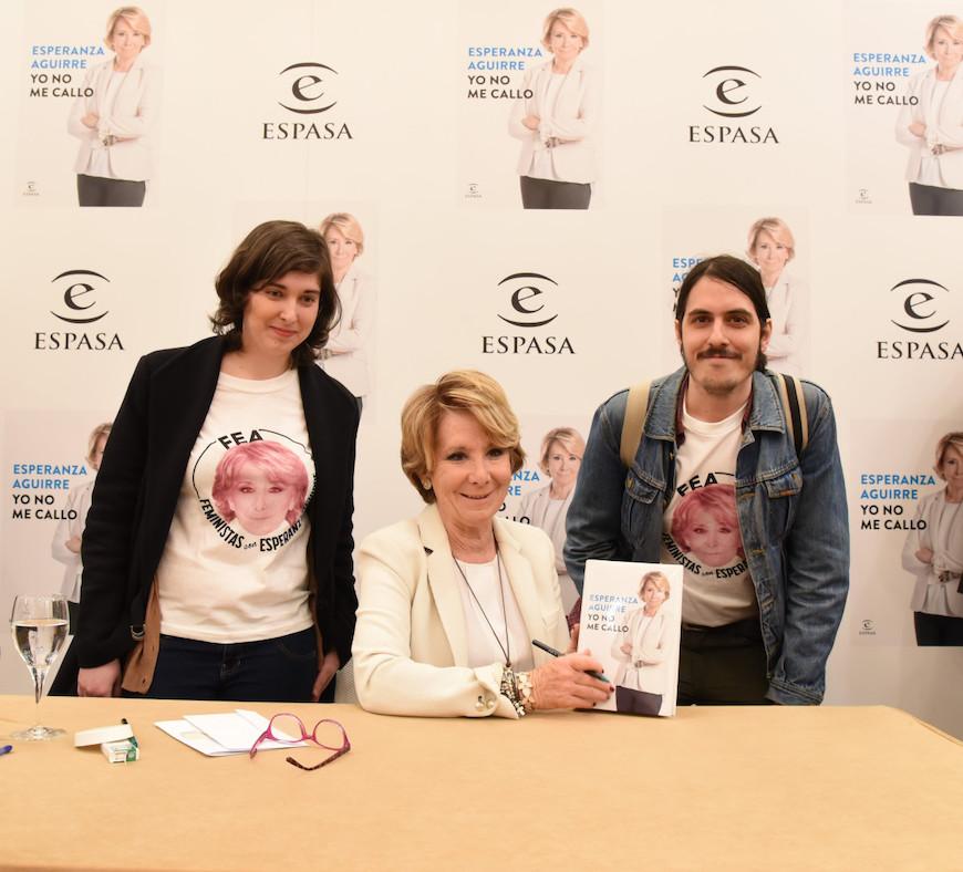 Integrantes de Feministas con Esperanza Aguirre posan con ella en la presentación de su libro./ FEA