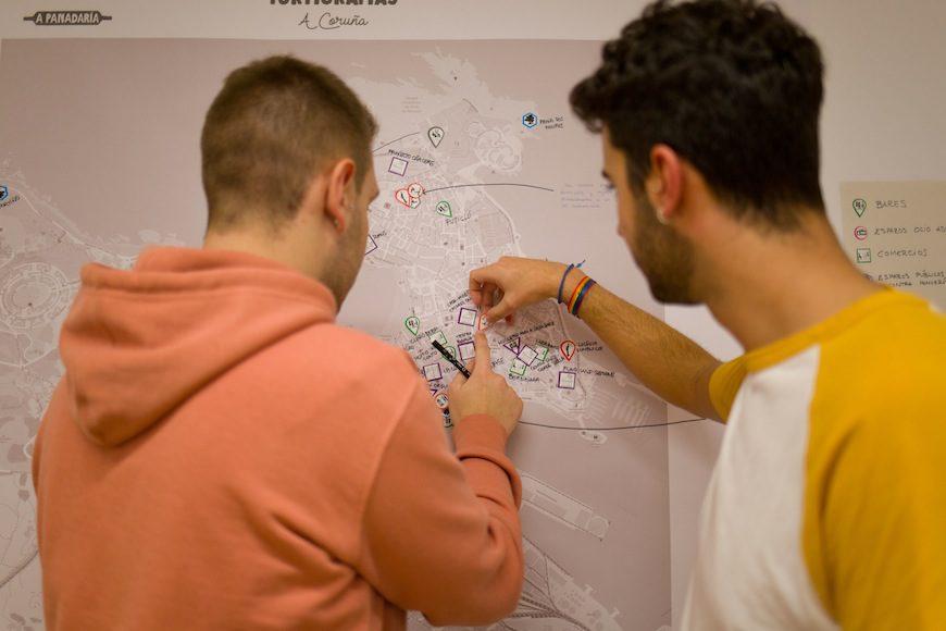 Dos participantes señalan en el mapa puntos de interés o de riesgo en la ciudad./ A Panadaría