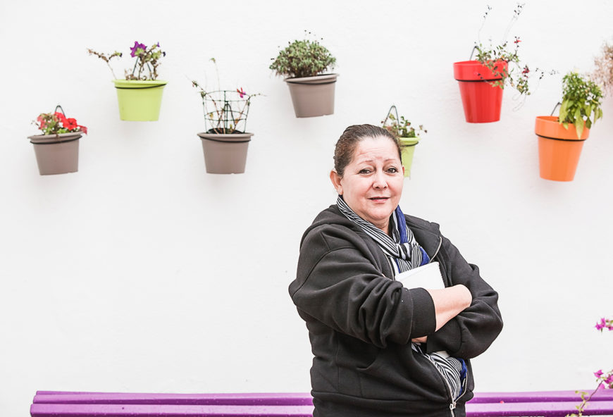 Nohemí Pérez posa delante de una pared blanca llena de macetas de colores / Foto: J. Marcos