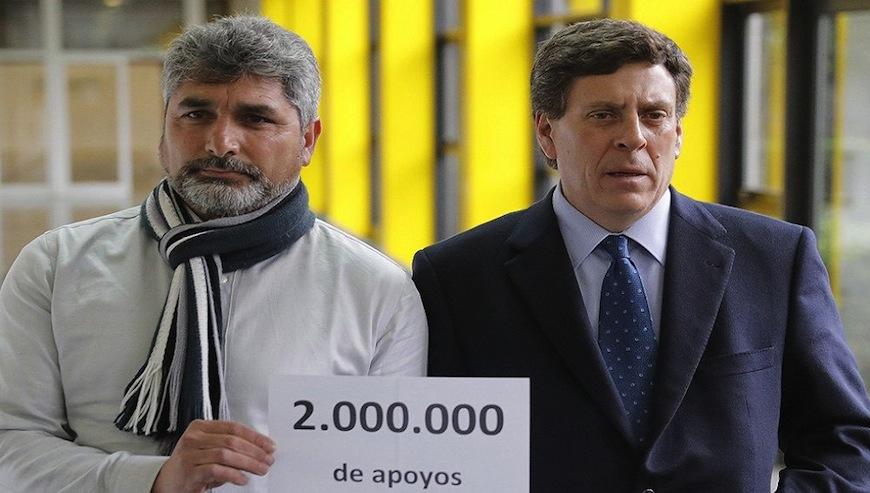 Juan José Cortés (izq.) y Juan Carlos Quer en su campaña de recogida de firmas a favor de la prisión permanente revisable./ Fotograma de una noticia en La Sexta