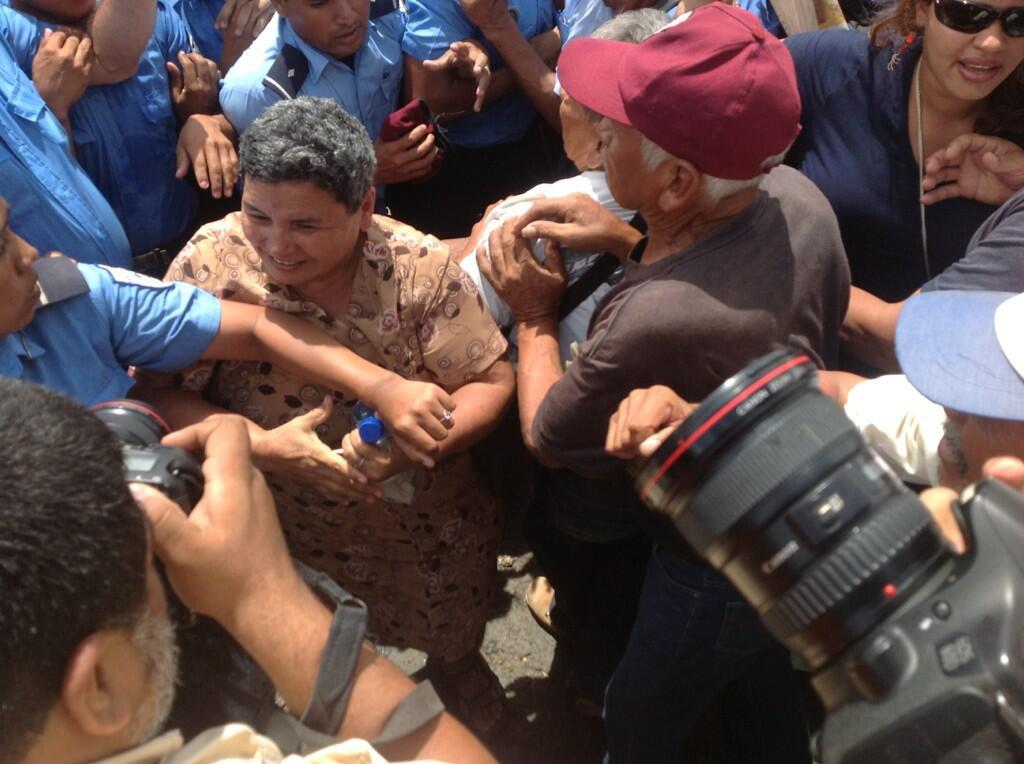 Una imagen de la represión policial a las y los pensionistas, tuiteada por el diario La Prensa el 20 de junio de 2013