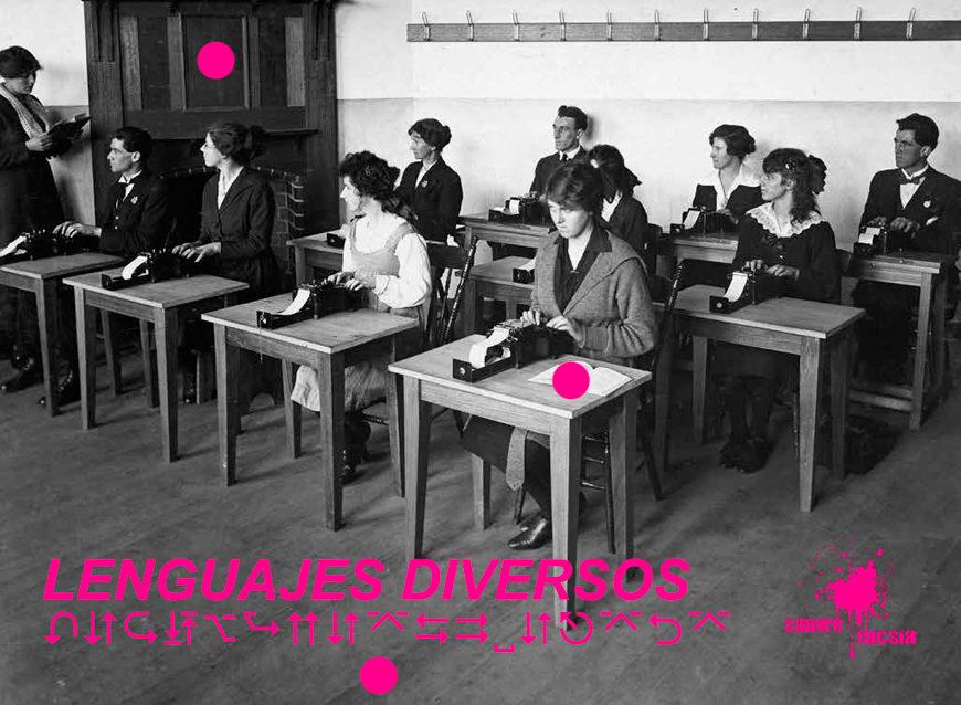 Sangre Fucsia - Alumnas en clase de taquigrafía
